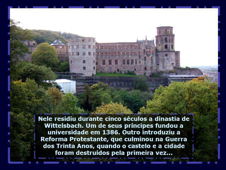 No alto do morro está uma das maiores atrações de Heidelberg: o Castelo, uma das ruínas mais fotografadas de toda Alemanha...