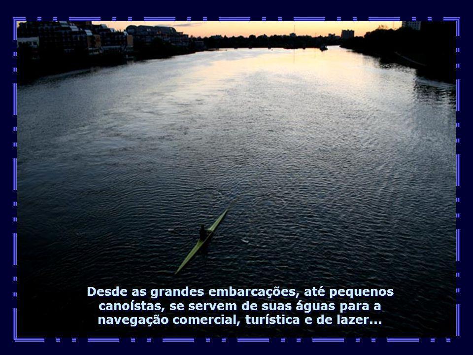 Desde as grandes embarcações, até pequenos canoístas, se servem de suas águas para a navegação comercial, turística e de lazer...