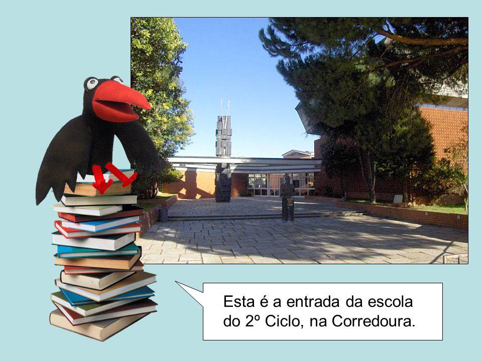 E aqui é a biblioteca escolar. Vamos entrar…