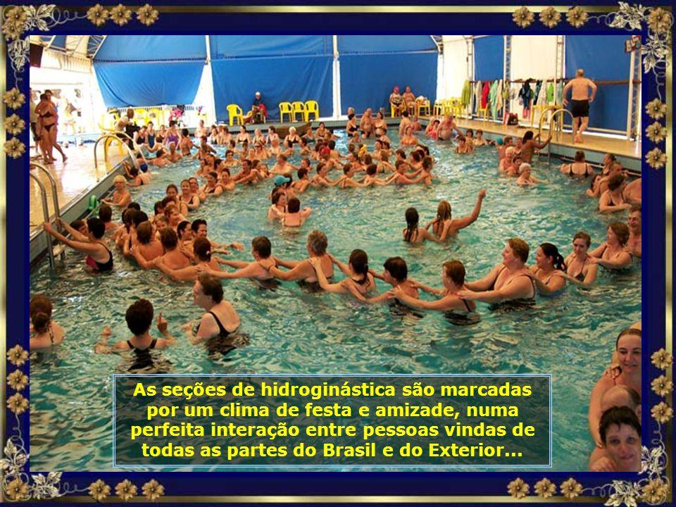 Chuveirinhos ao ar livre, nas próprias piscinas, são duchas de água quente que proporcionam um agradável relaxamento muscular...