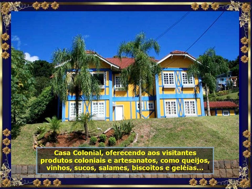 Casa Colonial, oferecendo aos visitantes produtos coloniais e artesanatos, como queijos, vinhos, sucos, salames, biscoitos e geléias...