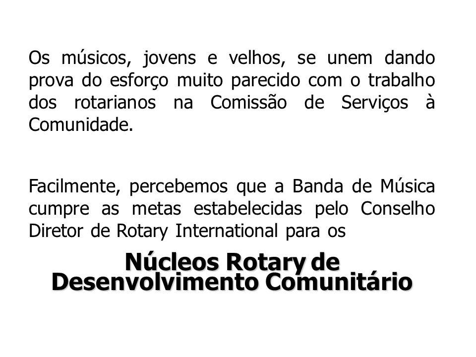 Os músicos, jovens e velhos, se unem dando prova do esforço muito parecido com o trabalho dos rotarianos na Comissão de Serviços à Comunidade.