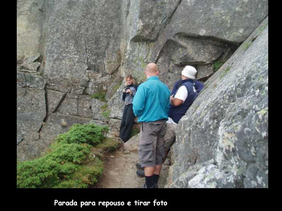 Deve-se subir por passagens cheias de pedras...