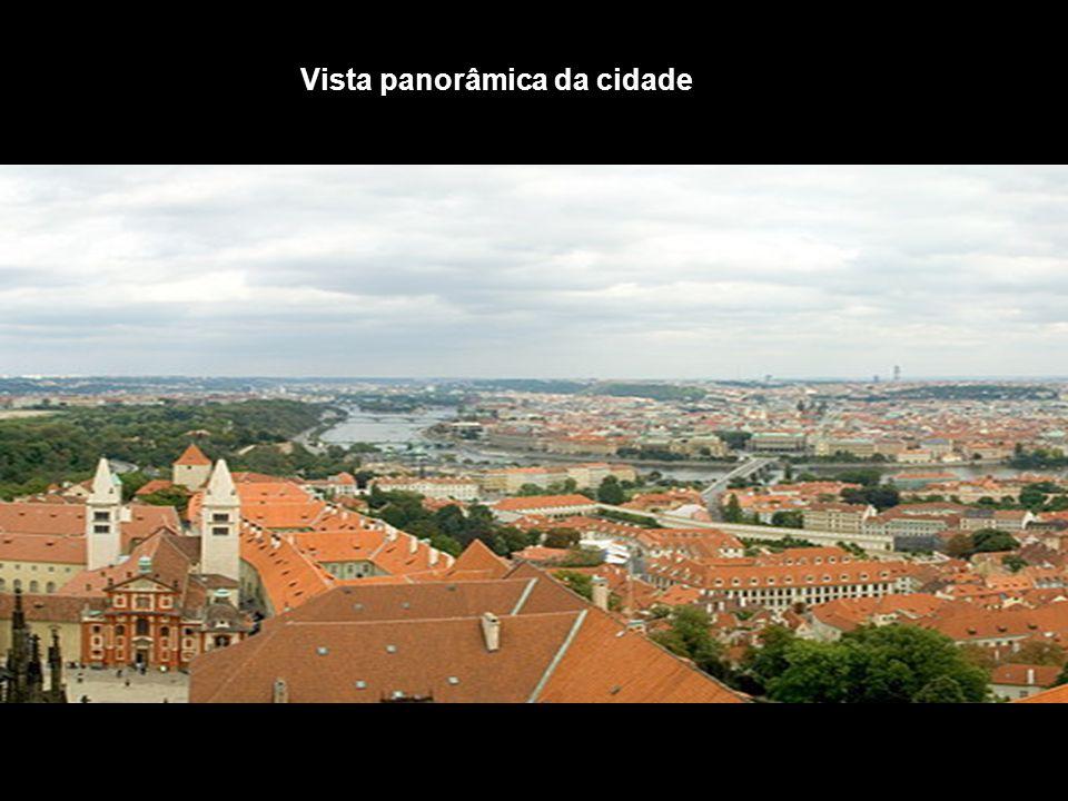 Tendo sobrevivido às duas grandes guerras, ainda hoje, 11 anos após a queda do comunismo, Praga celebra uma espécie de renascimento cultural que toma conta da cidade durante o ano todo.