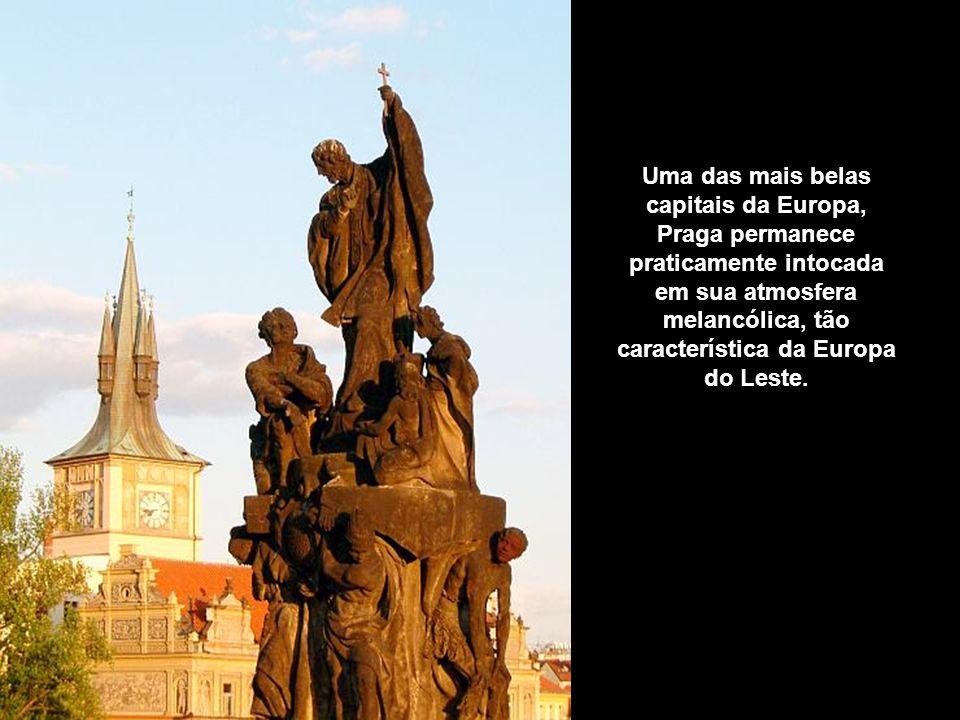 Estátua da Ponte Carlos, apontando para a Catedral de St. Vito