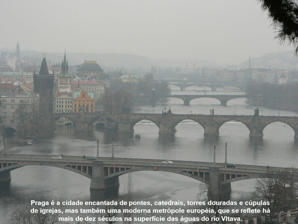 Franz Kafka, um judeu de Praga, nascido em 1883, era descrito pelos amigos como um homem que vivia atrás de uma parede de vidro.