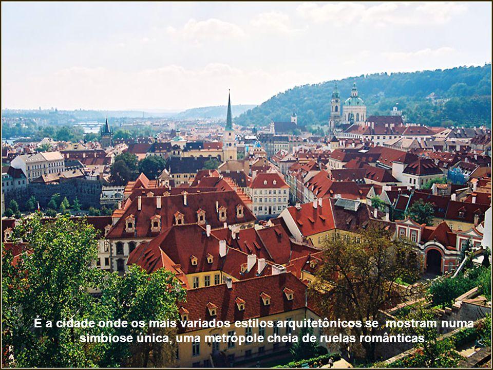 Praga é a cidade encantada de pontes, catedrais, torres douradas e cúpulas de igrejas, mas também uma moderna metrópole européia, que se reflete há mais de dez séculos na superfície das águas do rio Vltava.