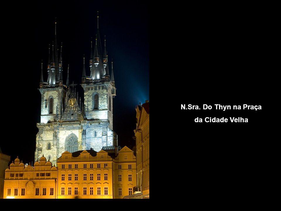 Vista noturna da Catedral de St. Vito e do Castelo de Praga
