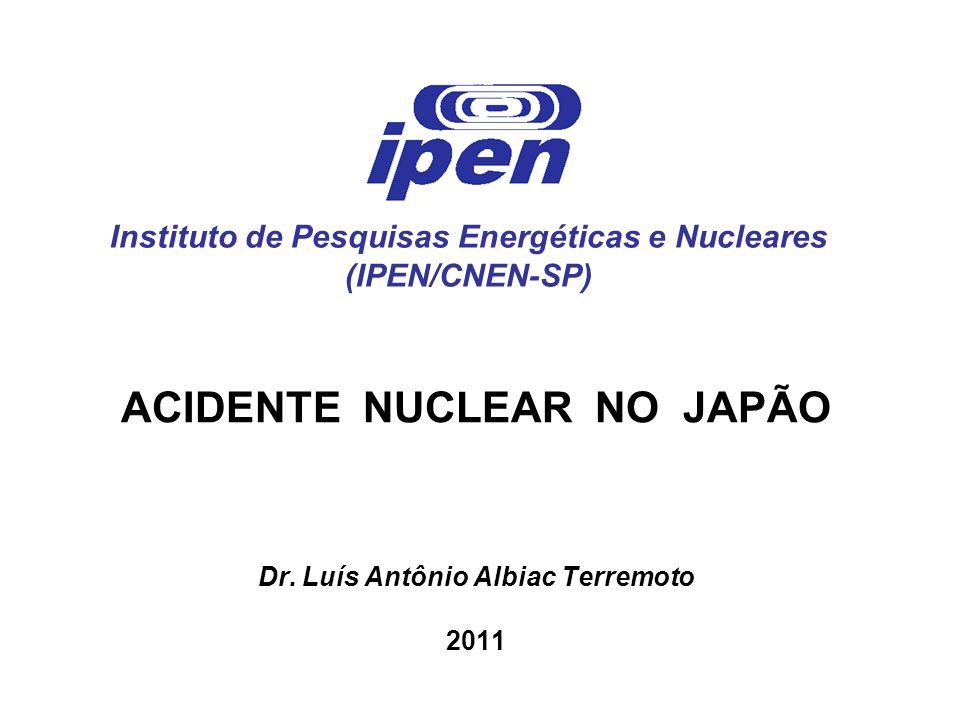 6 – Acidente na Central Nuclear Fukushima Daiichi  Sequência provável de eventos do acidente - Ao serem atingidas pelas primeiras ondas sísmicas, as usinas 1, 2 e 3 desligaram imediata e automaticamente, conforme estabelecem normas de segurança em caso de emergência - Todas as usinas da central nuclear resistiram aos violentos abalos sem sofrer grandes danos estruturais, conforme especificação de projeto - Falta de energia elétrica atingiu toda a região, inclusive a central nuclear - Sem energia elétrica, não foi possível acionar as bombas de refrigeração do circuito destinado a remover o calor decorrente do decaimento dos pro - dutos de fissão radioativos acumulados no combustível nuclear