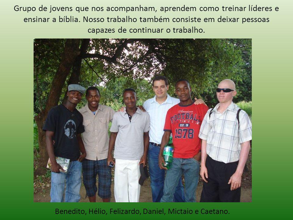 Grupo de jovens que nos acompanham, aprendem como treinar líderes e ensinar a bíblia.