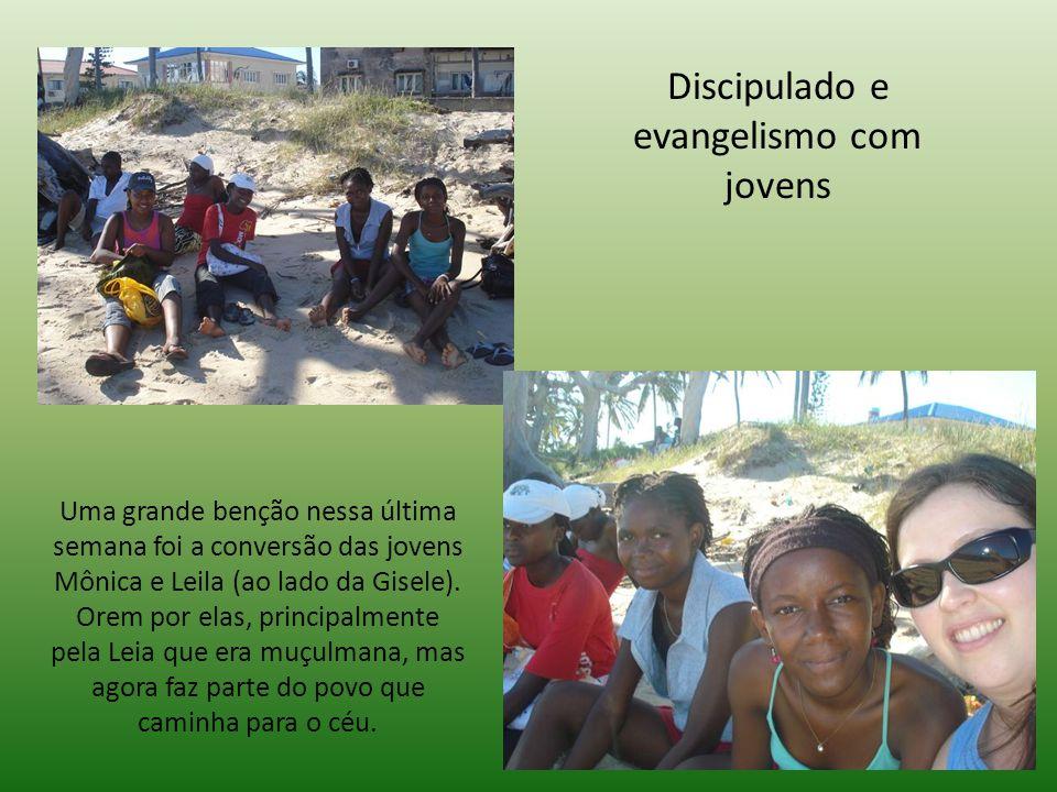 Discipulado e evangelismo com jovens Uma grande benção nessa última semana foi a conversão das jovens Mônica e Leila (ao lado da Gisele).