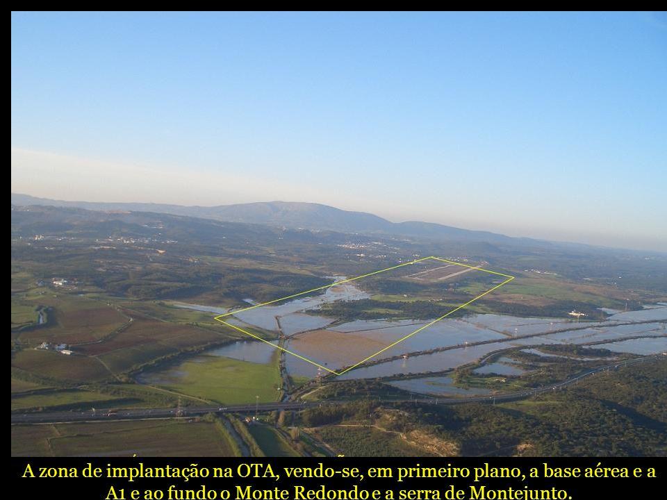 A zona de implantação na OTA, vendo-se, em primeiro plano, a base aérea e a A1 e ao fundo o Monte Redondo e a serra de Montejunto.