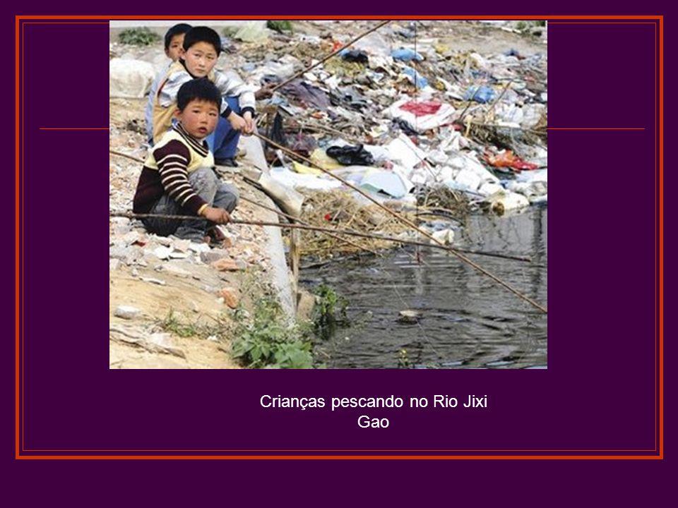 Crianças pescando no Rio Jixi Gao