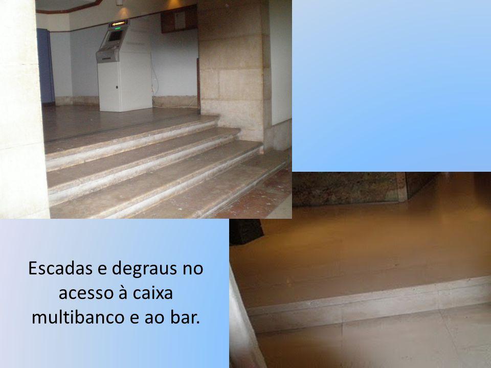 Escadas e degraus no acesso à caixa multibanco e ao bar.