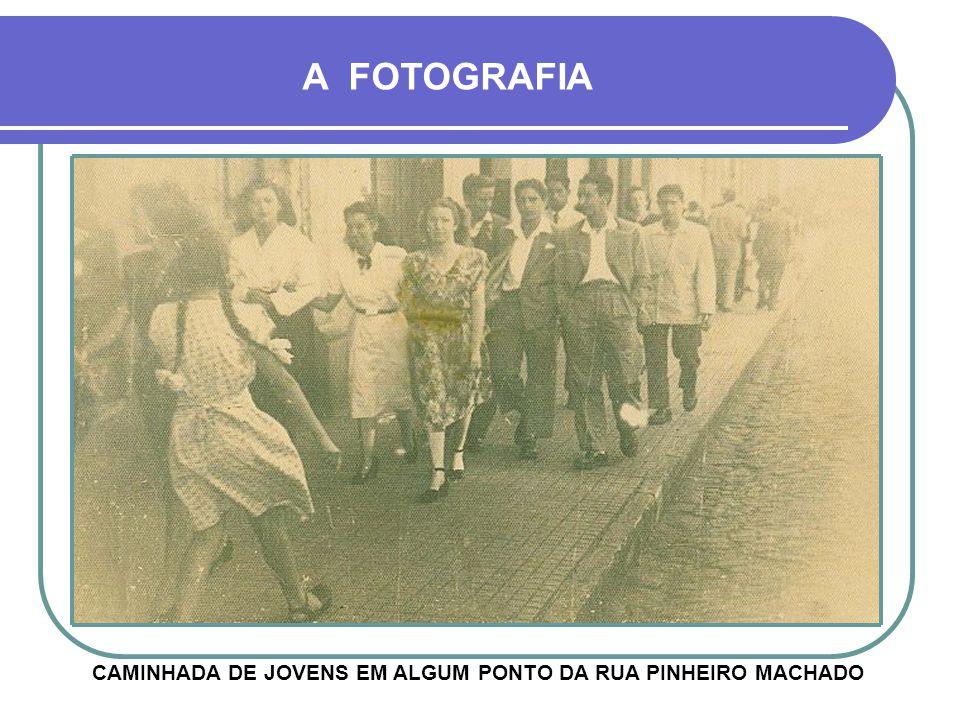 FOTO HISTÓRICA MOSTRANDO O GENERAL FIRMINO DE PAULA, SENTADO, EM UM ACAMPAMENTO MILITAR A FOTOGRAFIA