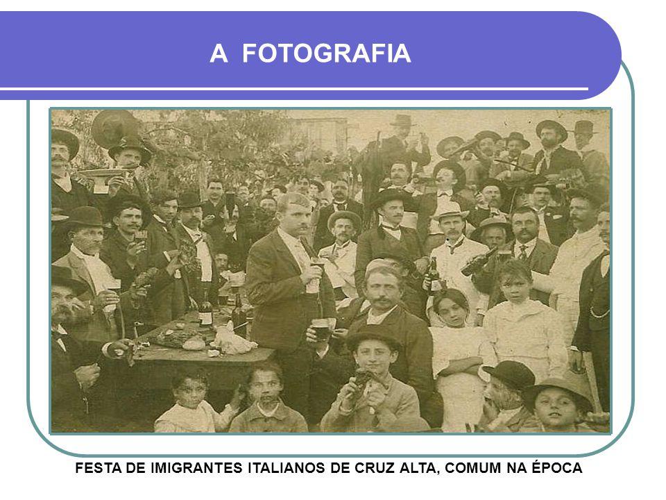 CAMINHADA DE JOVENS EM ALGUM PONTO DA RUA PINHEIRO MACHADO A FOTOGRAFIA