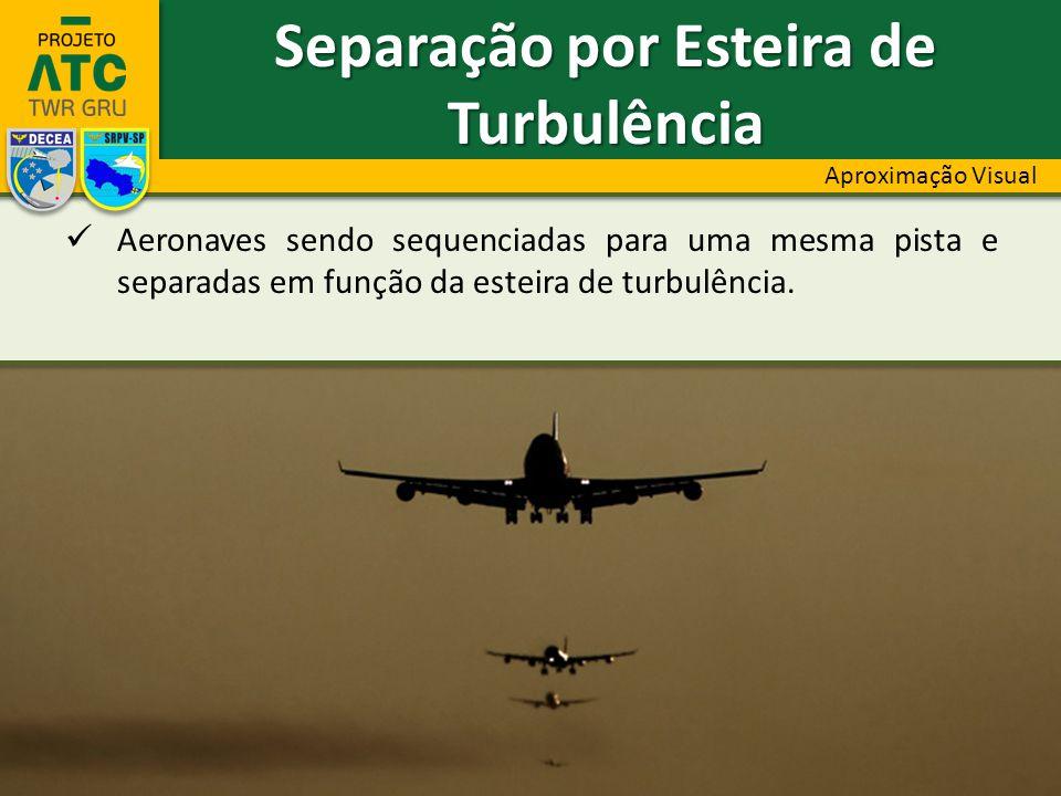 Aeronaves sendo sequenciadas para uma mesma pista e separadas em função da esteira de turbulência.