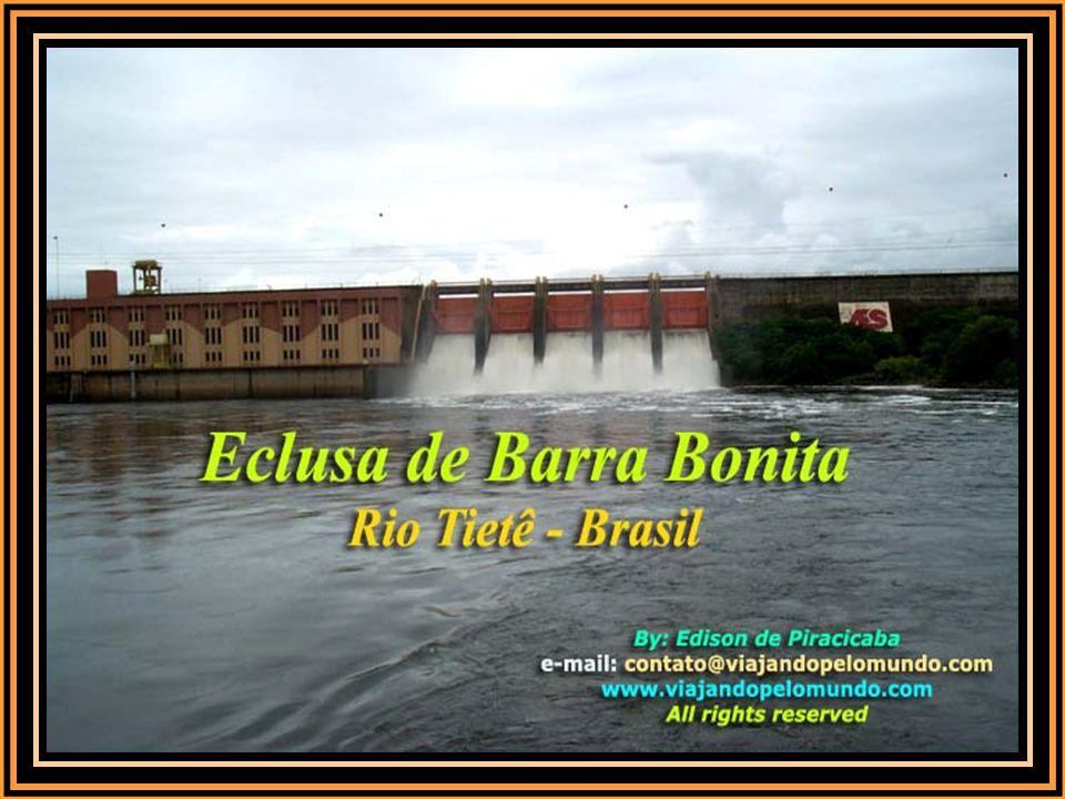 Com a embarcação atracada no nível de jusante (nível baixo da barragem), o operador fecha as comportas da parte de baixo da eclusa e dá-se inicio ao enchimento da câmara.