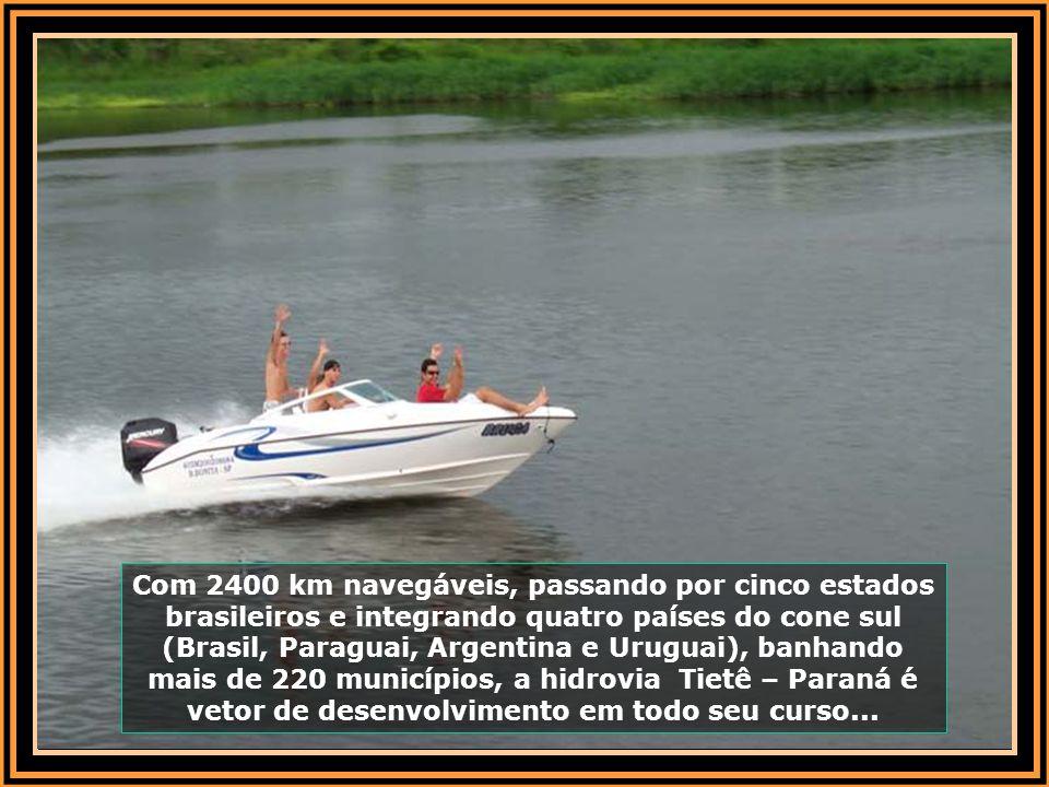 Numa velocidade de 10 nós (19 km/hora aproximadamente), o barco caminha suavemente sobre as águas, onde a profundidade acima da barragem chega a 40 me