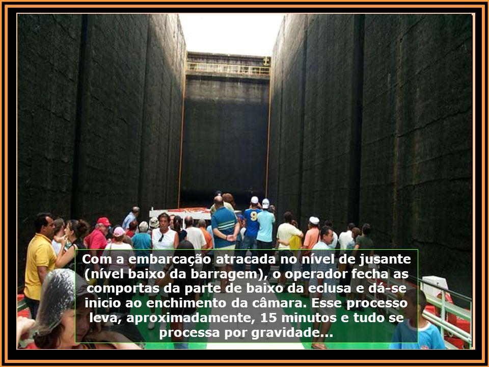 Após ingressar na eclusa, que tem comprimento de 142 m, largura de 12 m e desnível de 26 m, são necessários 50 milhões de litros de água para completa