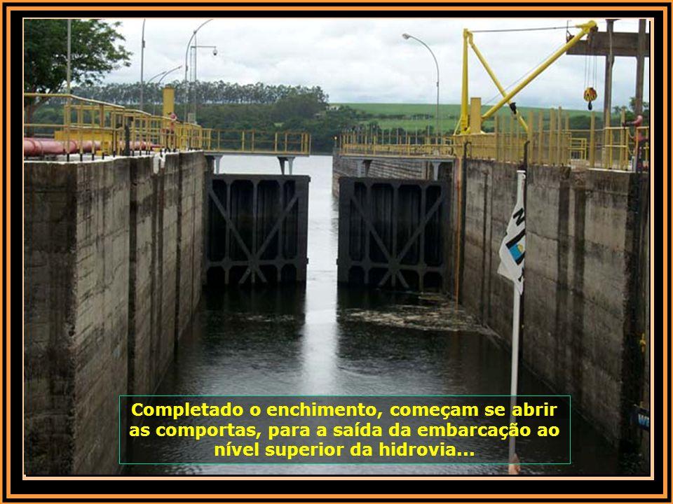 Com a embarcação atracada no nível de jusante (nível baixo da barragem), o operador fecha as comportas da parte de baixo da eclusa e dá-se inicio ao e