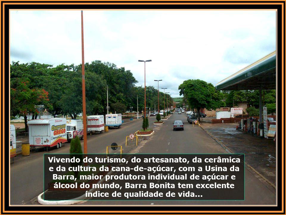 Vivendo do turismo, do artesanato, da cerâmica e da cultura da cana-de-açúcar, com a Usina da Barra, maior produtora individual de açúcar e álcool do mundo, Barra Bonita tem excelente índice de qualidade de vida...
