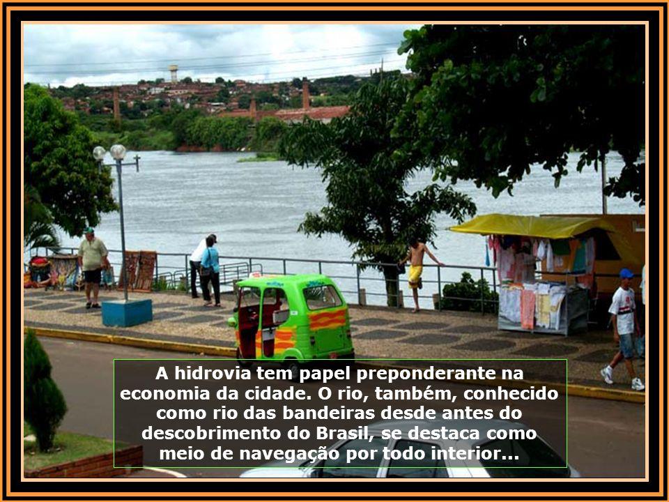 A hidrovia tem papel preponderante na economia da cidade.