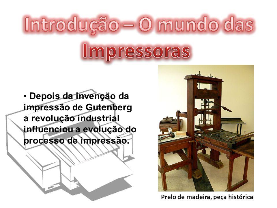Prelo de madeira, peça histórica Depois da invenção da impressão de Gutenberg a revolução industrial influenciou a evolução do processo de impressão.