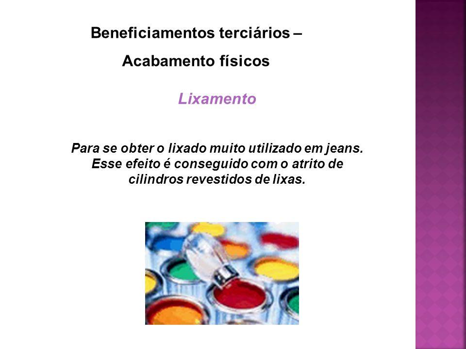 Beneficiamentos terciários – Acabamento físicos Lixamento Para se obter o lixado muito utilizado em jeans. Esse efeito é conseguido com o atrito de ci