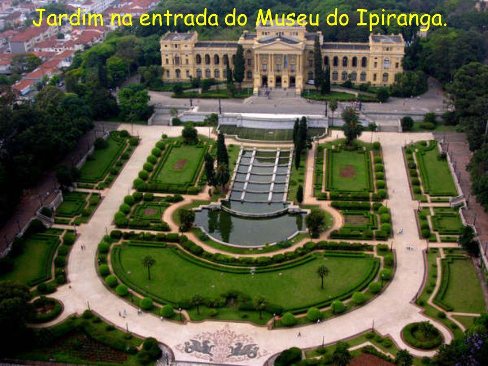 Jardim na entrada do Museu do Ipiranga.