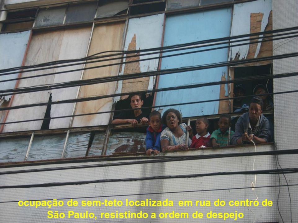 ocupação de sem-teto localizada em rua do centro de São Paulo, resistindo a ordem de despejo
