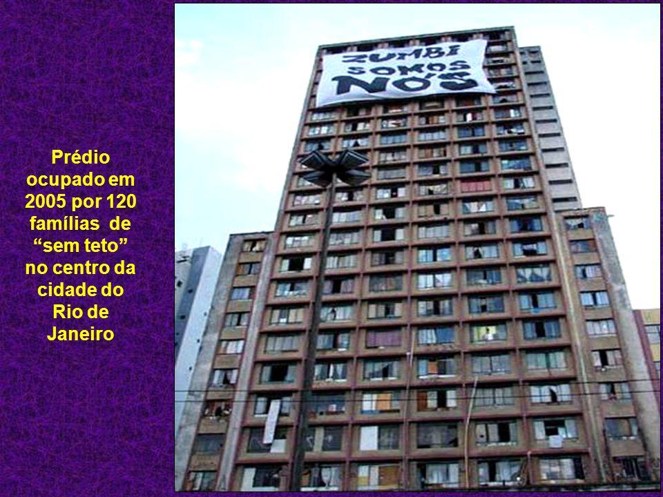 """Prédio ocupado em 2005 por 120 famílias de """"sem teto"""" no centro da cidade do Rio de Janeiro"""