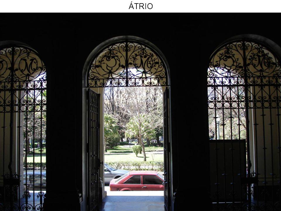 DETALHE DO ÁTRIO PORTÃO EM FERRO FUNDIDO, TRABALHADO EM ARABESCO ONDE SOBRESSAEM AS INICIAIS DO ESTADO