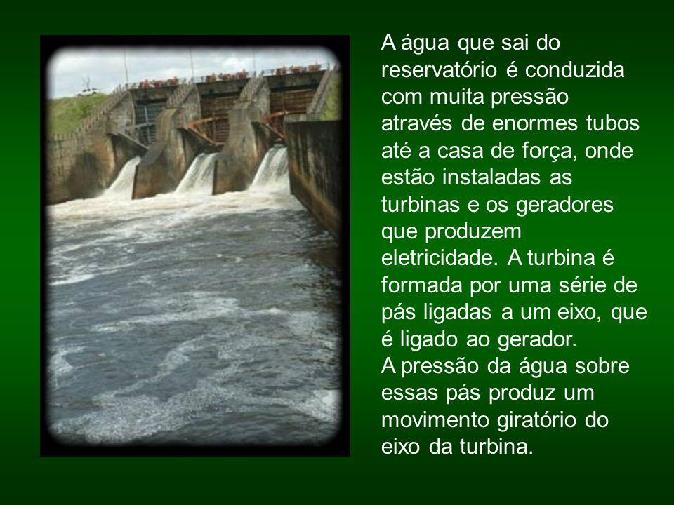 A água que sai do reservatório é conduzida com muita pressão através de enormes tubos até a casa de força, onde estão instaladas as turbinas e os gera