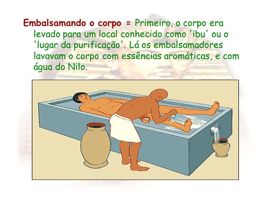 Embalsamando o corpo = Primeiro, o corpo era levado para um local conhecido como 'ibu' ou o 'lugar da purificação'. Lá os embalsamadores lavavam o cor