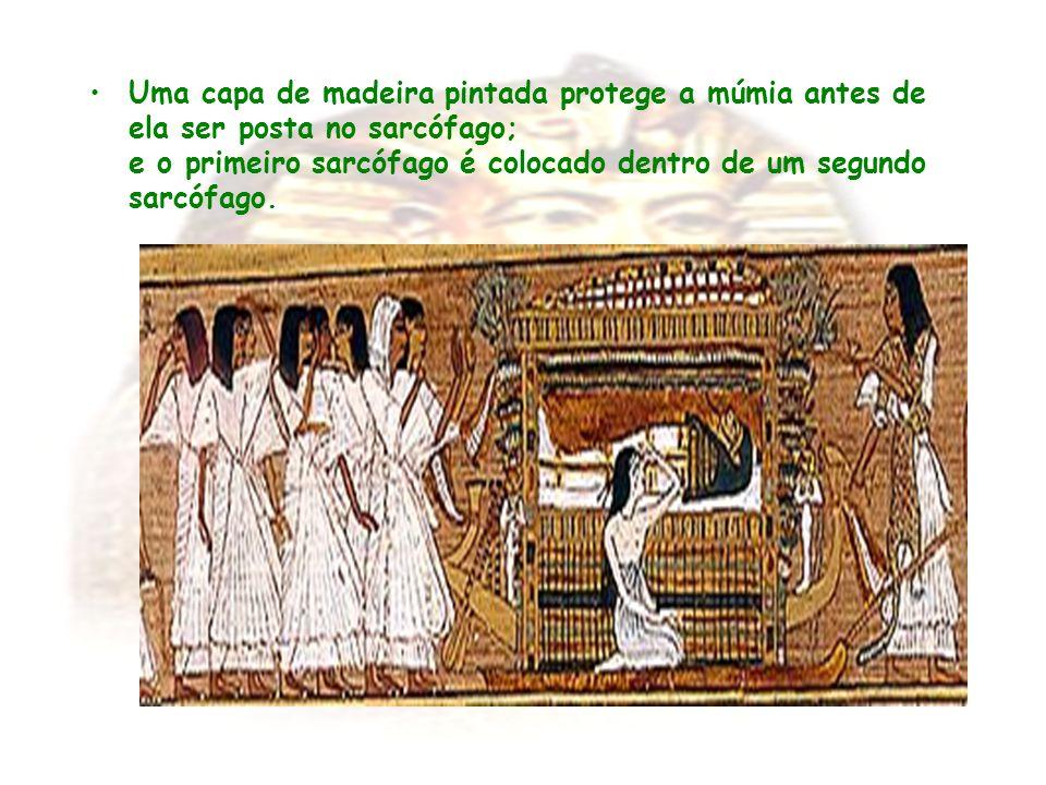 Uma capa de madeira pintada protege a múmia antes de ela ser posta no sarcófago; e o primeiro sarcófago é colocado dentro de um segundo sarcófago.