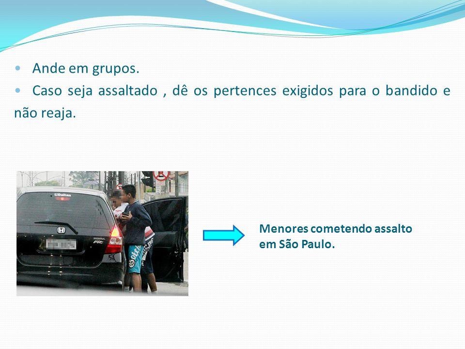 Menores cometendo assalto em São Paulo. Ande em grupos. Caso seja assaltado, dê os pertences exigidos para o bandido e não reaja.