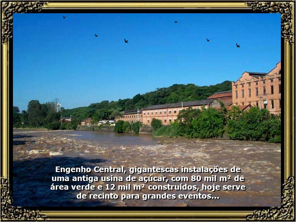 Engenho Central, gigantescas instalações de uma antiga usina de açúcar, com 80 mil m² de área verde e 12 mil m² construídos, hoje serve de recinto para grandes eventos...