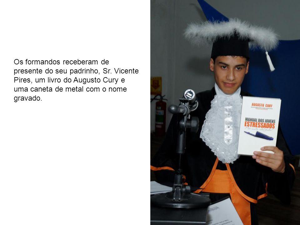 Os formandos receberam de presente do seu padrinho, Sr. Vicente Pires, um livro do Augusto Cury e uma caneta de metal com o nome gravado.