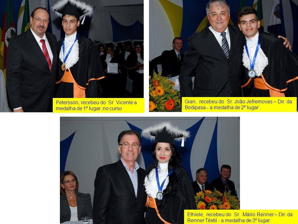 Petersson, recebeu do Sr. Vicente a medalha de 1º lugar,no curso Gian, recebeu do Sr. João Jefremovas – Dir. da Bodipasa - a medalha de 2º lugar. Ethi