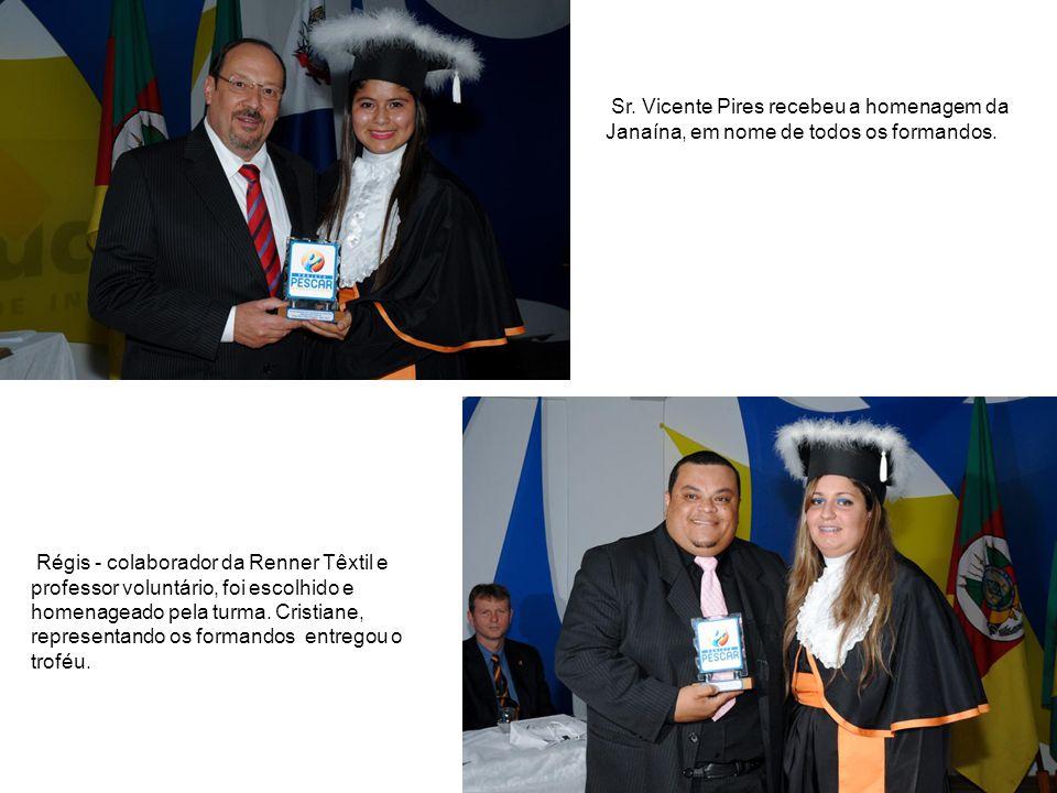 Sr. Vicente Pires recebeu a homenagem da Janaína, em nome de todos os formandos. Régis - colaborador da Renner Têxtil e professor voluntário, foi esco