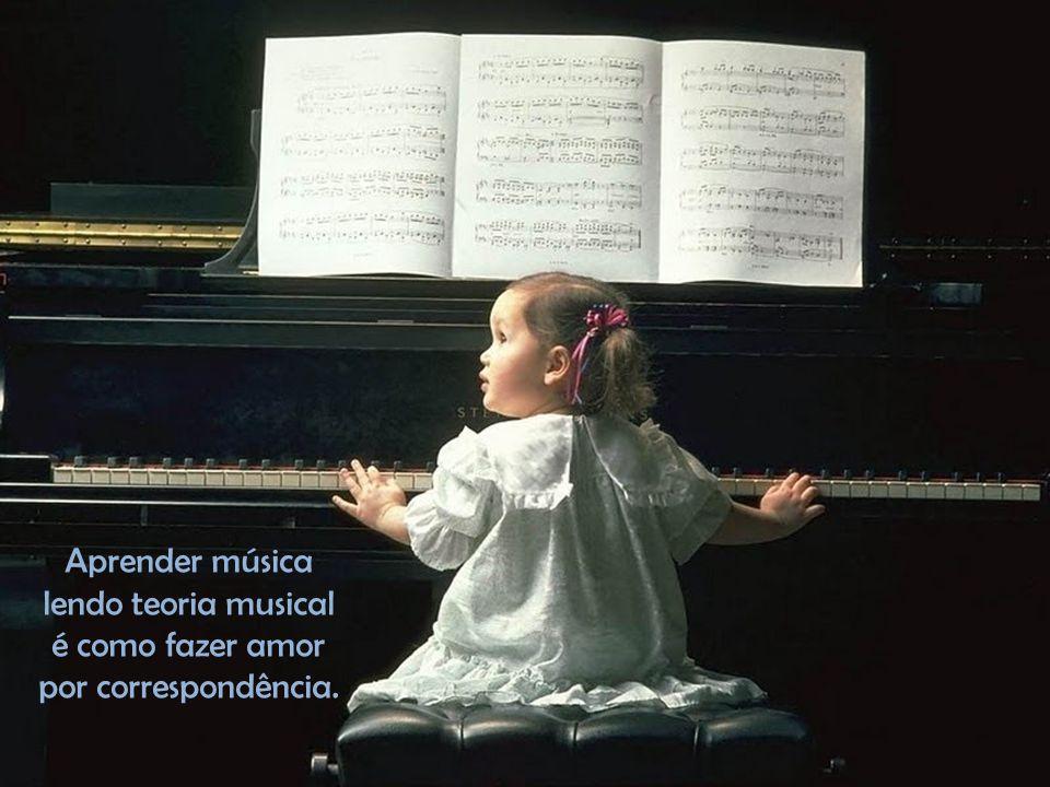 Quem ouve música, sente a sua solidão de repente povoada.