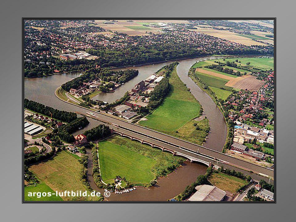 Pois isto existe, em Magdeburg, Alemanha... O Wasserstrassenkreuz (cruzamento de hidrovias) é um canal-ponte sobre o Rio Elba, que liga as redes de vi
