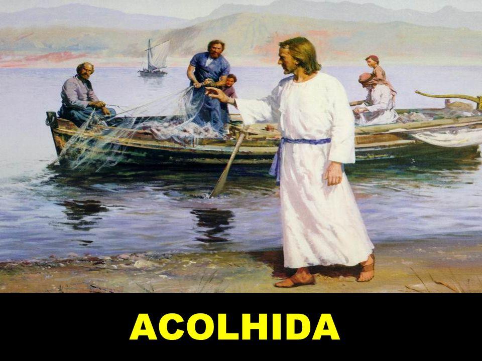 Quando Jesus andava à beira do mar da Galileia, viu dois irmãos: Simão, chamado Pedro, e seu irmão André.