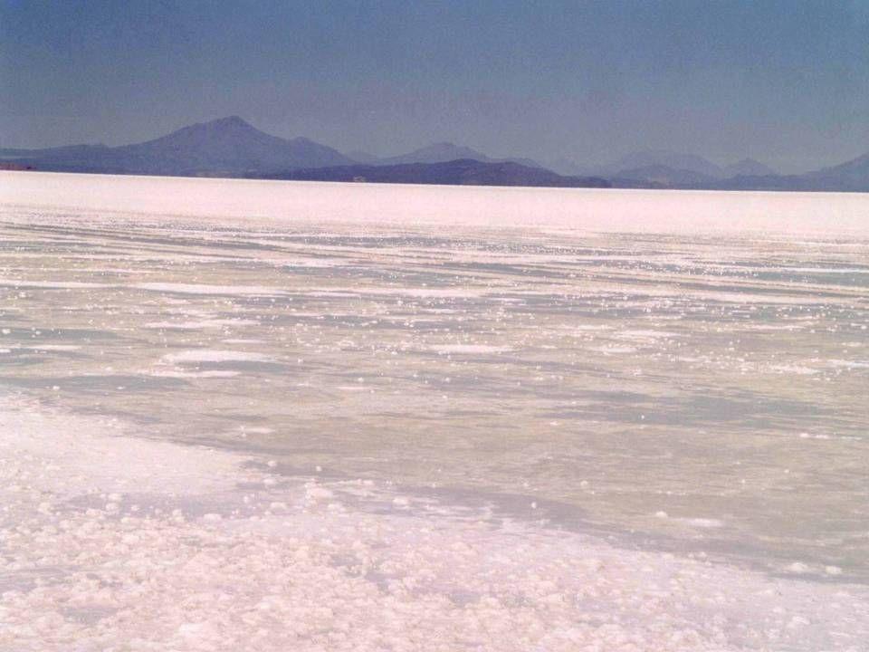 A imensa superfície plana é o resultado da retirada do grande mar que alagava todo o altiplano há milhões de anos.
