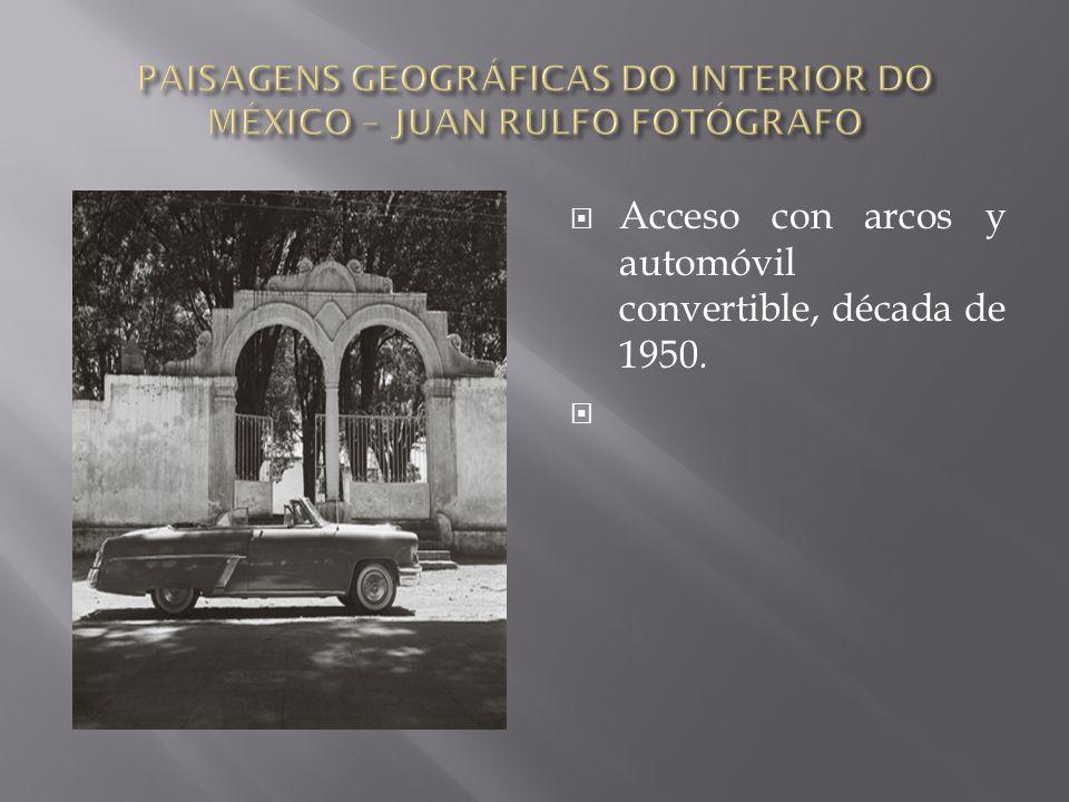  Acceso con arcos y automóvil convertible, década de 1950. 