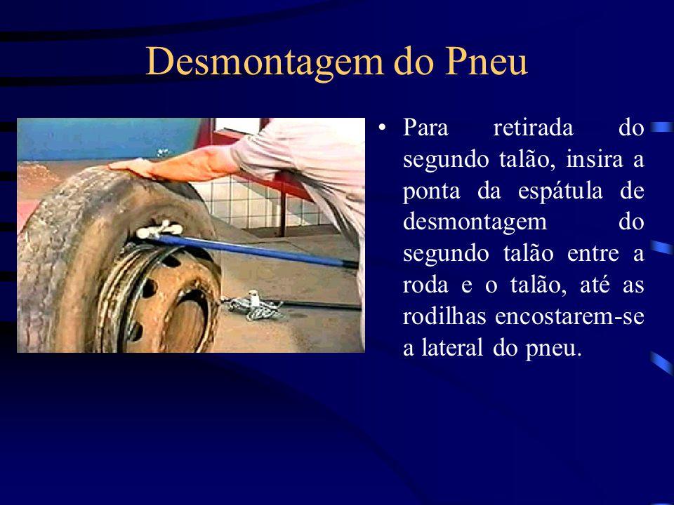 Desmontagem do Pneu Para retirada do segundo talão, insira a ponta da espátula de desmontagem do segundo talão entre a roda e o talão, até as rodilhas