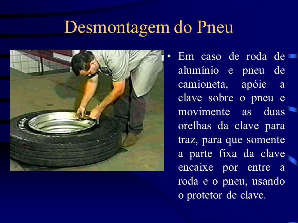 Desmontagem do Pneu Em caso de roda de alumínio e pneu de camioneta, apóie a clave sobre o pneu e movimente as duas orelhas da clave para traz, para que somente a parte fixa da clave encaixe por entre a roda e o pneu, usando o protetor de clave.