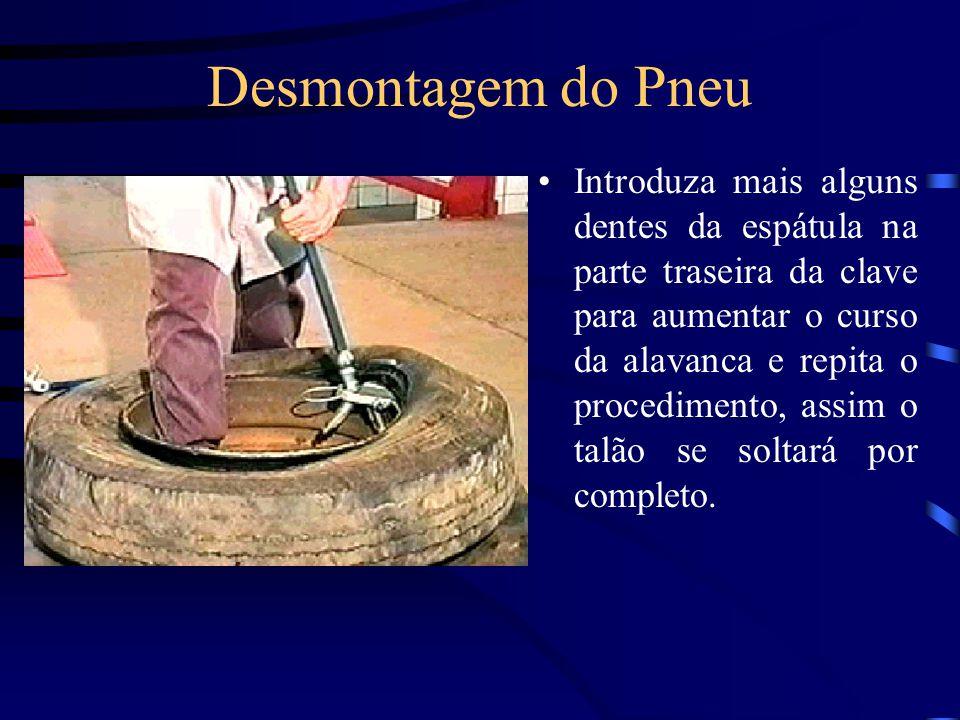 Desmontagem do Pneu Para retirada do segundo talão, insira a ponta da espátula de desmontagem do segundo talão entre a roda e o talão, até as rodilhas encostarem-se a lateral do pneu.