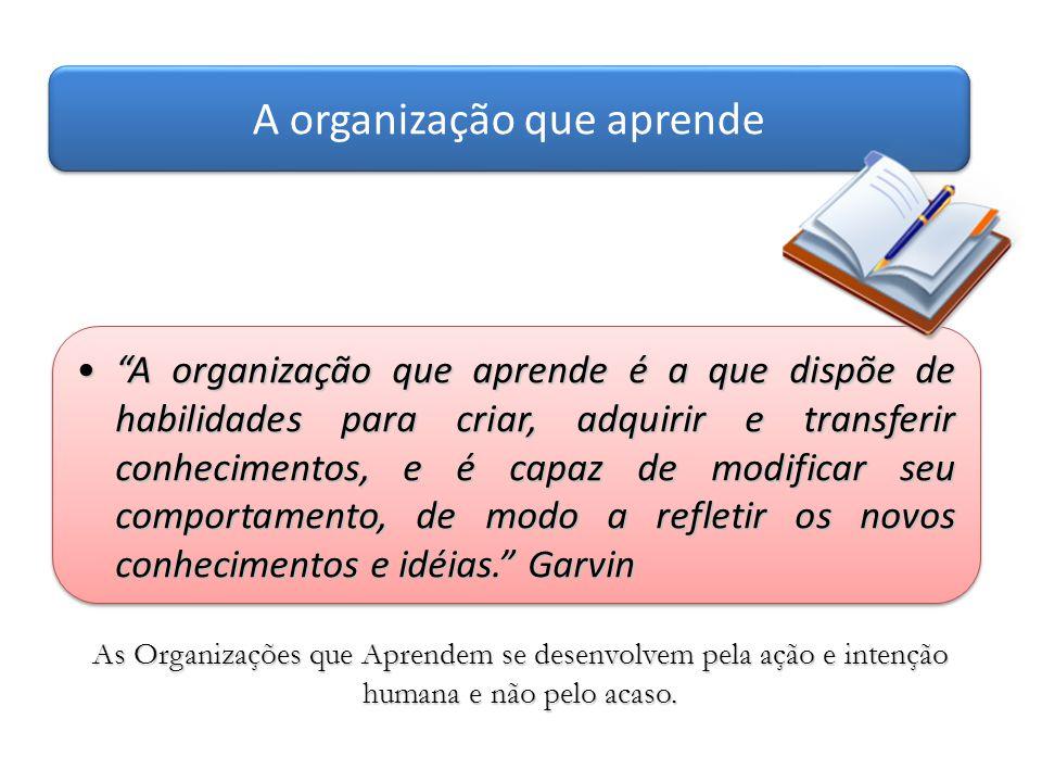 """""""A organização que aprende é a que dispõe de habilidades para criar, adquirir e transferir conhecimentos, e é capaz de modificar seu comportamento, de"""